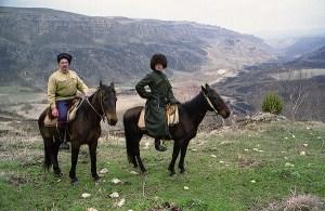Правила при спуске и подъеме на лошади