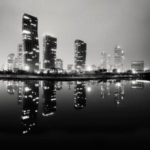 Посмотрите ночной Дубай во время круиза